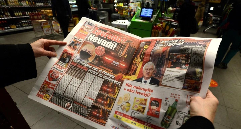 普利姆拉被捷克媒体拍到步出布拉格一间按照卫生部防疫规定需要关闭的餐馆,且他没有佩戴口罩。-法新社-