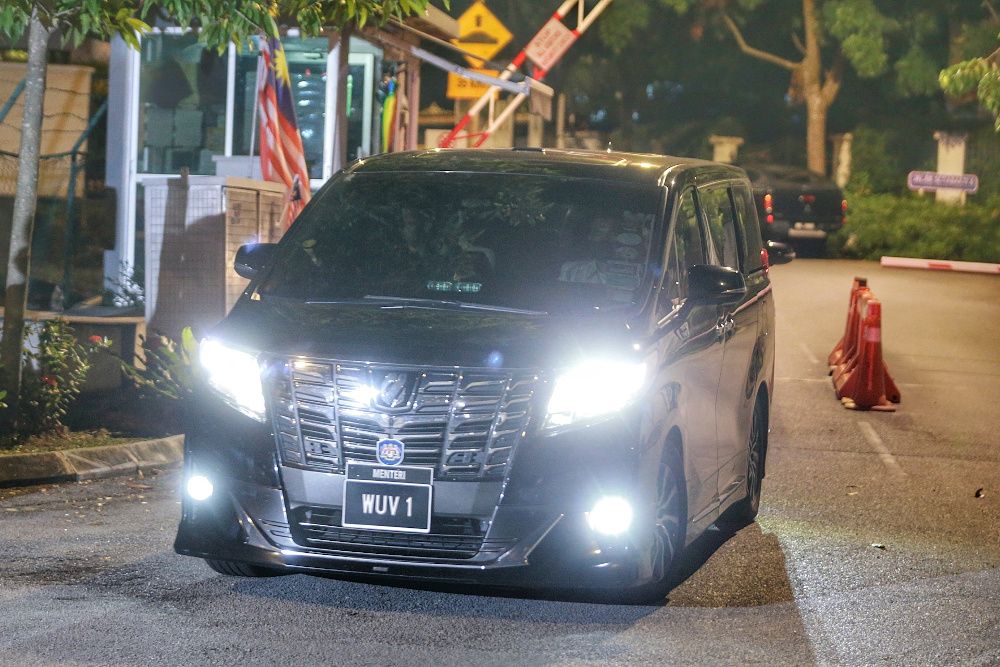 A minister's car is pictured leaving Tan Sri Muhyiddin Yassin house after attending a meeting with the prime minister October 25, 2020. — Picture by Ahmad Zamzahuri