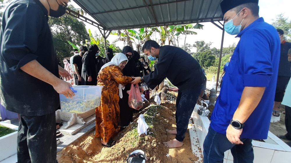 Tan Sri Abdul Aziz Shamsuddin was laid to rest in Gopeng, Perak after the dawn prayers today. ― Foto Bernama