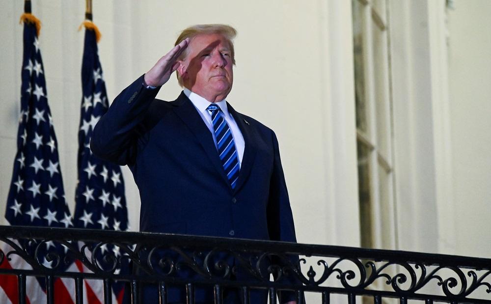 US-Präsident Donald Trump begrüßt, als er ohne Gesichtsmaske auf dem Truman-Balkon des Weißen Hauses in Washington am 5. Oktober 2020 posiert. - Reuters Bild