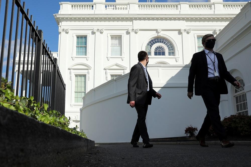 Mitarbeiter des Weißen Hauses gehen von der Residenz zum Westflügel in Washington am 6. Oktober 2020. - Reuters Bild