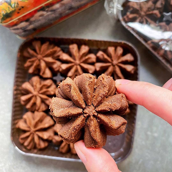 The highly sought-after chocolate flower cookie that was launched in Hong Kong this September, is only available for purchase if you purchase a minimal sum of RM1,000 and above. – Picture courtesy from Jenny Bakery Malaysia Facebook page