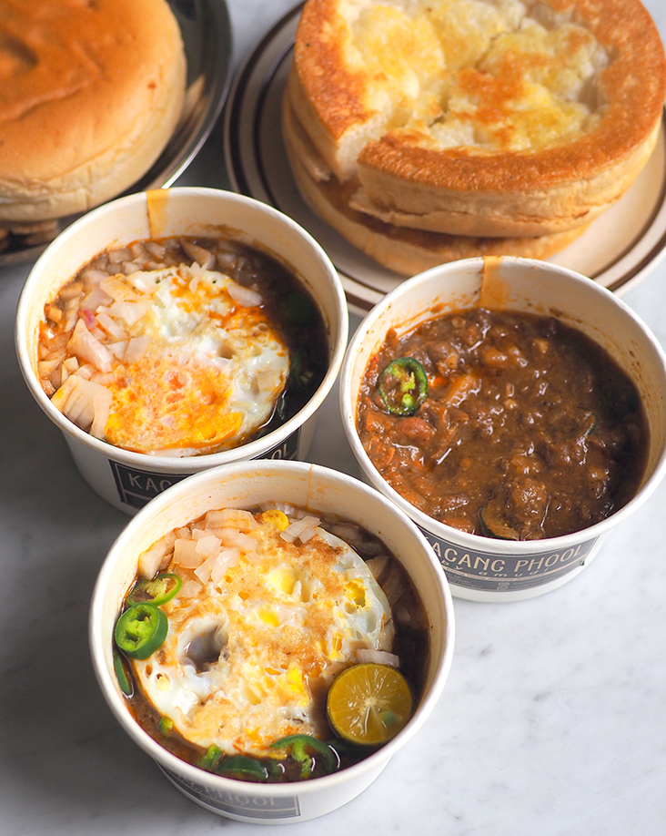 Grab the tummy warming Kacang Phool by amudi for a satisfying breakfast or teatime treat served with 'roti Arab'. – Pictures by Lee Khang Yi