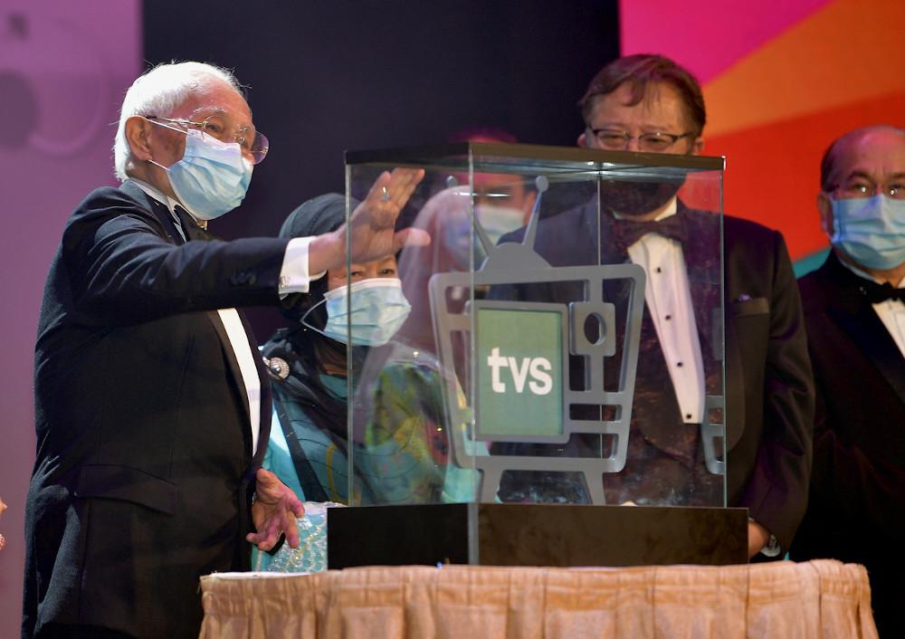 Sarawak Yang di-Pertua Negeri Tun Abdul Taib Mahmud launching TV Sarawak in Kuching October 11, 2020. With him is Sarawak Chief Minister Datuk Patinggi Abang Johari Tun Openg. — Bernama pic