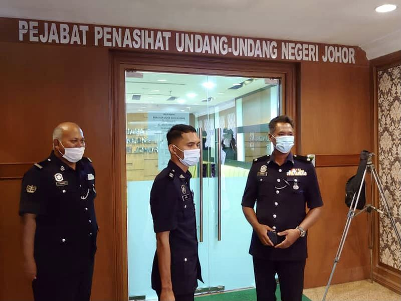Johor Baru South district traffic police chief Deputy Superintendent Zamri Shariff (right) said investigators had made a recommendation on the appropriate charges. — Picture by Ben Tan