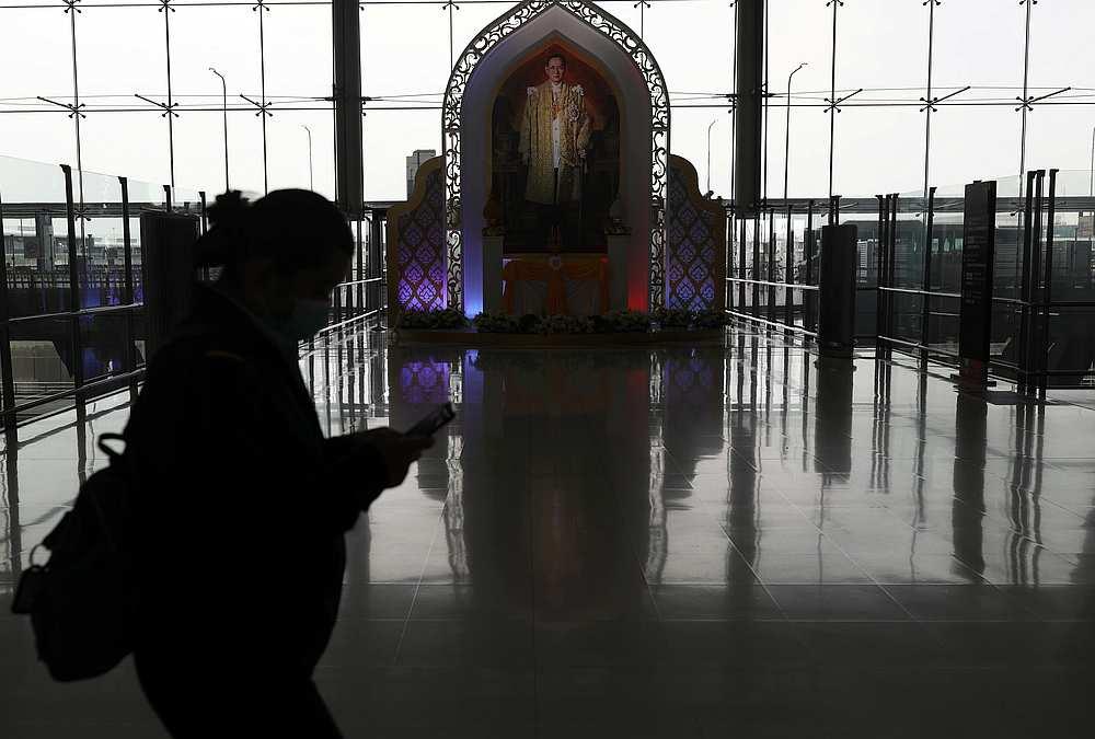 随着泰国政府尝试重启国际旅游,曼谷素万那普国际机场开始接待游客。-路透社-