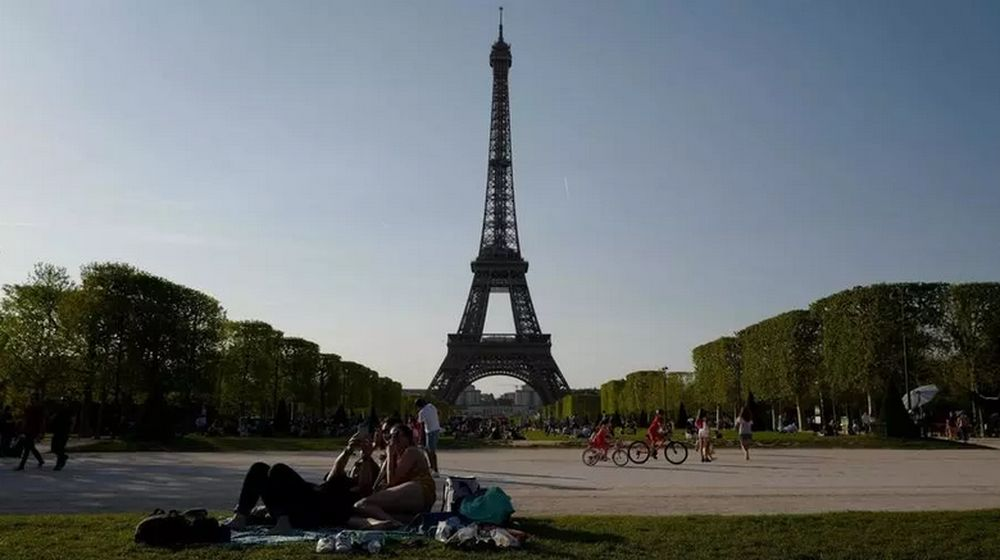 Police investigate after two women stabbed in incident under Eiffel Tower