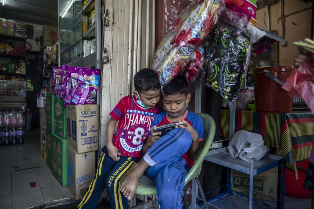 A significant number of parents have said they do not have access to multiple devices or lack access to a reliable internet line, or both. — Picture by Firdaus Latif