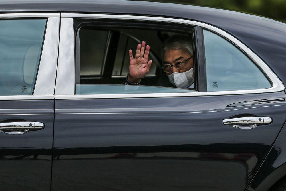 Yang di-Pertuan Agong Sultan Al-Abdullah Al-Mustafa Ri'ayatuddin Billah Shah waves at reporters as he arrives at Istana Negara, Kuala Lumpur October 25, 2020. — Picture by Hari Anggara