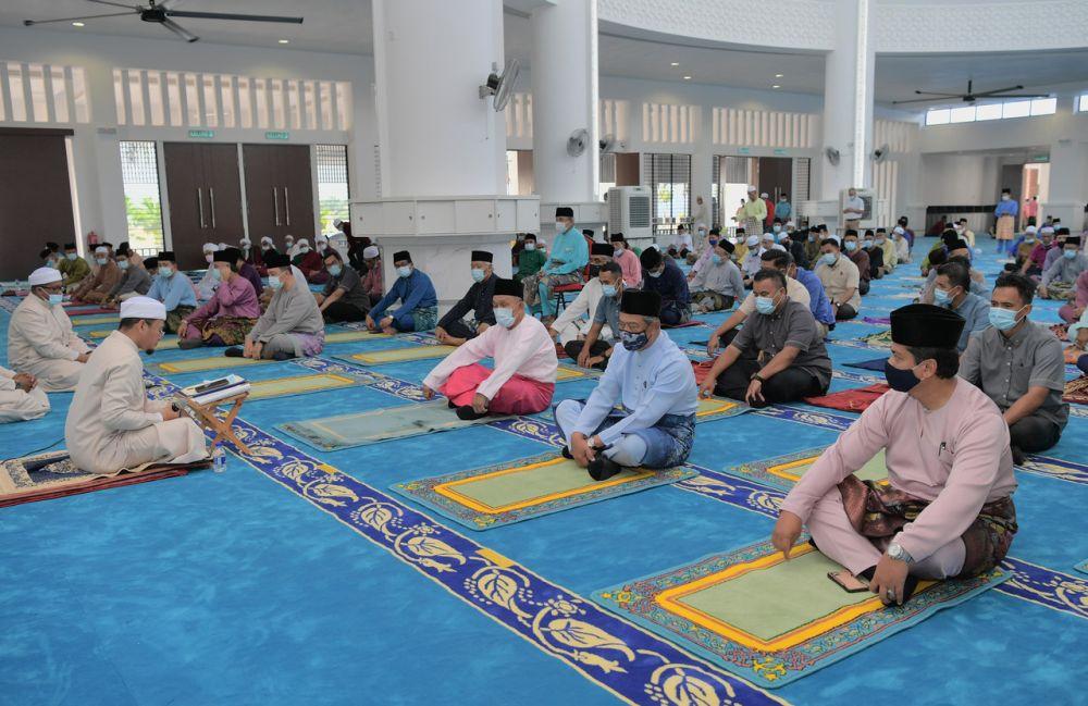 Prime Minister Tan Sri Muhyiddin Yassin (second from right) performs Friday prayers at Masjid Haji Muhammad Yassin in Pagoh October 30, 2020. — Bernama pic