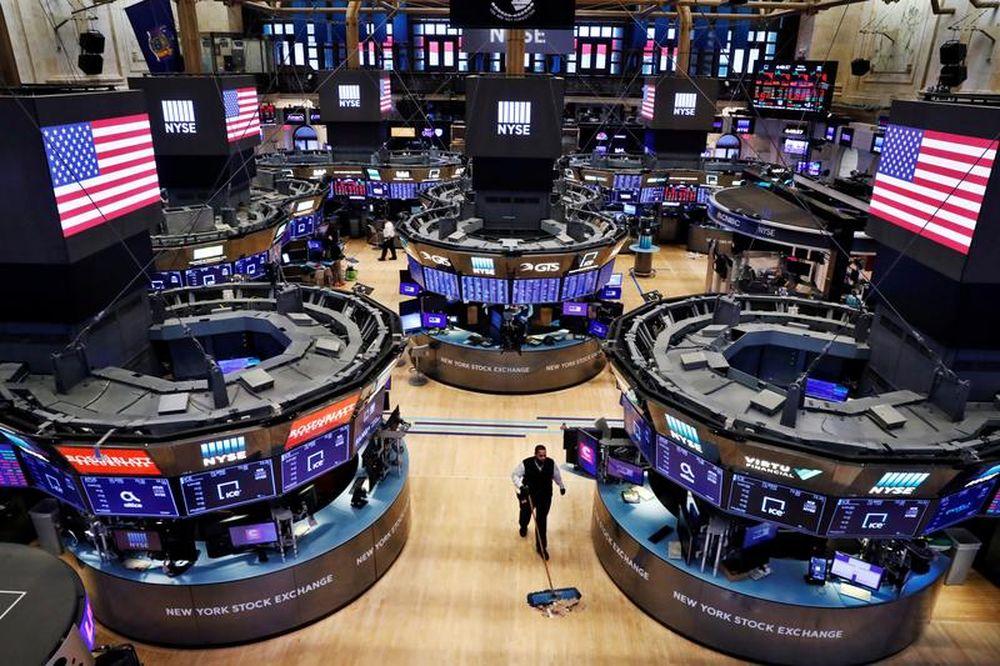 Sentimen yang semakin meningkat adalah lonjakan penjualan runcit AS pada bulan Mac kerana orang Amerika mendapat pemeriksaan tambahan wabak dari pemerintah.  - Gambar Reuters