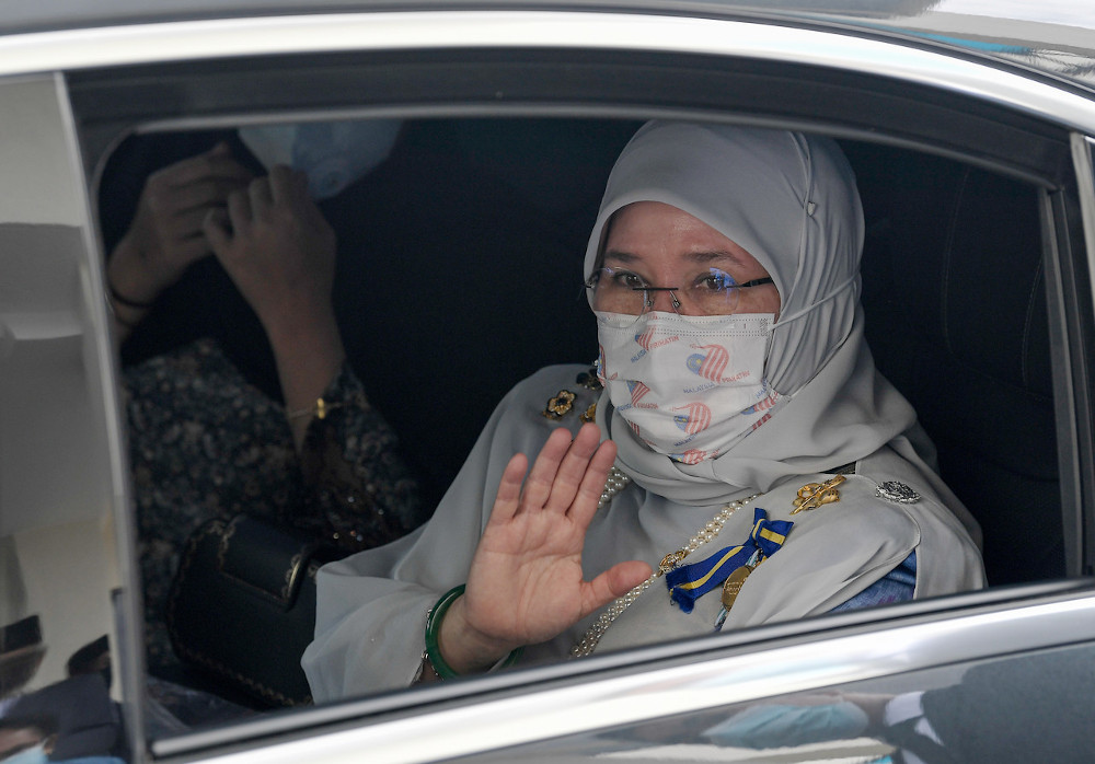 Tunku Azizah reminded all parties to always abide by the standard operating procedures set by the authorities . — Bernama pic