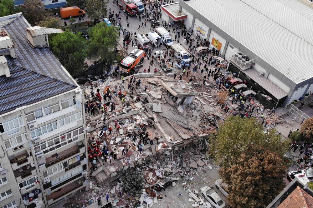 Ein Bild von einer Drohne zeigt Menschen, die in einem eingestürzten Gebäude nach Überlebenden suchen, nachdem ein starkes Erdbeben die Ägäis getroffen hat, wo einige Gebäude am 30. Oktober 2020 in Izmir, Türkei, zusammengebrochen sind. - Bild der Nachrichtenagentur Ihlas über Reuters