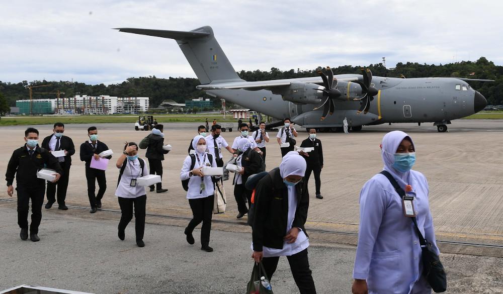 Medical officers along with five doctors from Kelantan, Terengganu, Putrajaya, Johor, Melaka and Negri Sembilan arriving at Terminal 2 of Kota Kinabalu International Airport for the Covid-19 Assistance Mission in Sabah, October 27, 2020. — Bernama pic