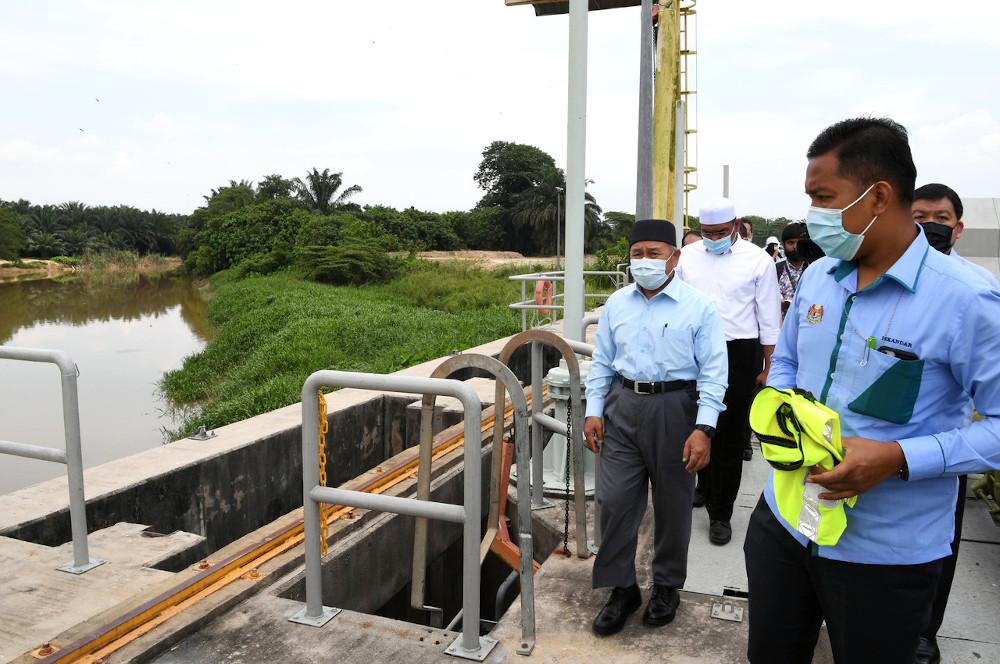 Environment and Water Minister Datuk Seri Tuan Ibrahim Tuan Man visits the Sungai Selangor Water Treatment Plant Phase 2 following pollution of raw water resources in Sungai Selangor in Bestari Jaya October 19, 2020. — Bernama pic