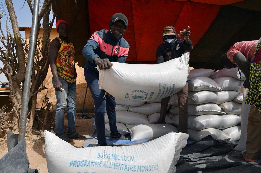 Die Arbeitnehmer tragen die vom Welternährungsprogramm (WFP) für die Verteilung in Pissila, Burkina Faso, am 24. Januar 2020 bereitgestellte Hilfe. - Reuters Bild