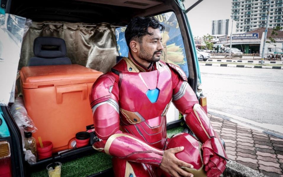 """苏古尔在打工时就已经兼职在活动上扮演超级英雄""""钢铁侠""""。-马新社-"""