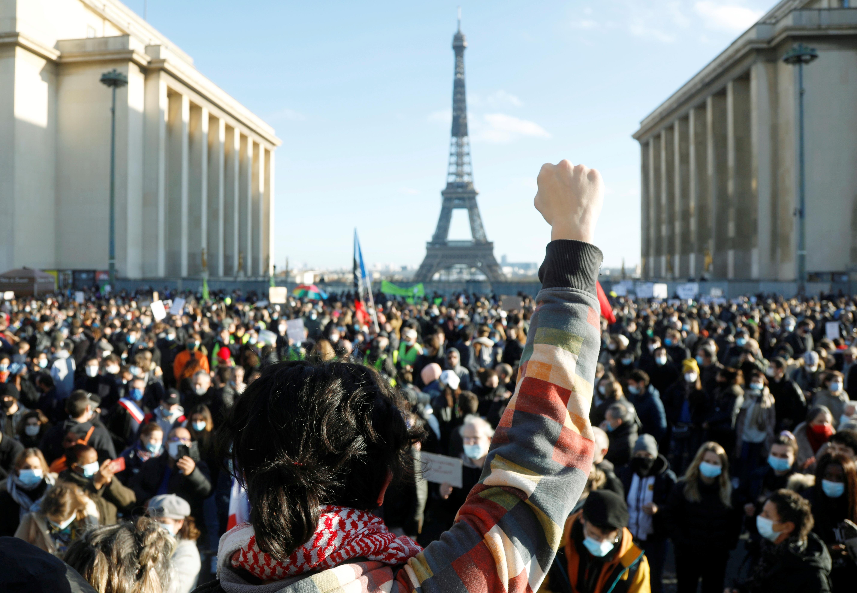 """数千人在巴黎的特罗卡德罗广场聚集,期间有人高呼""""自由、自由""""及""""每个人都想拍下警察""""。-路透社-"""