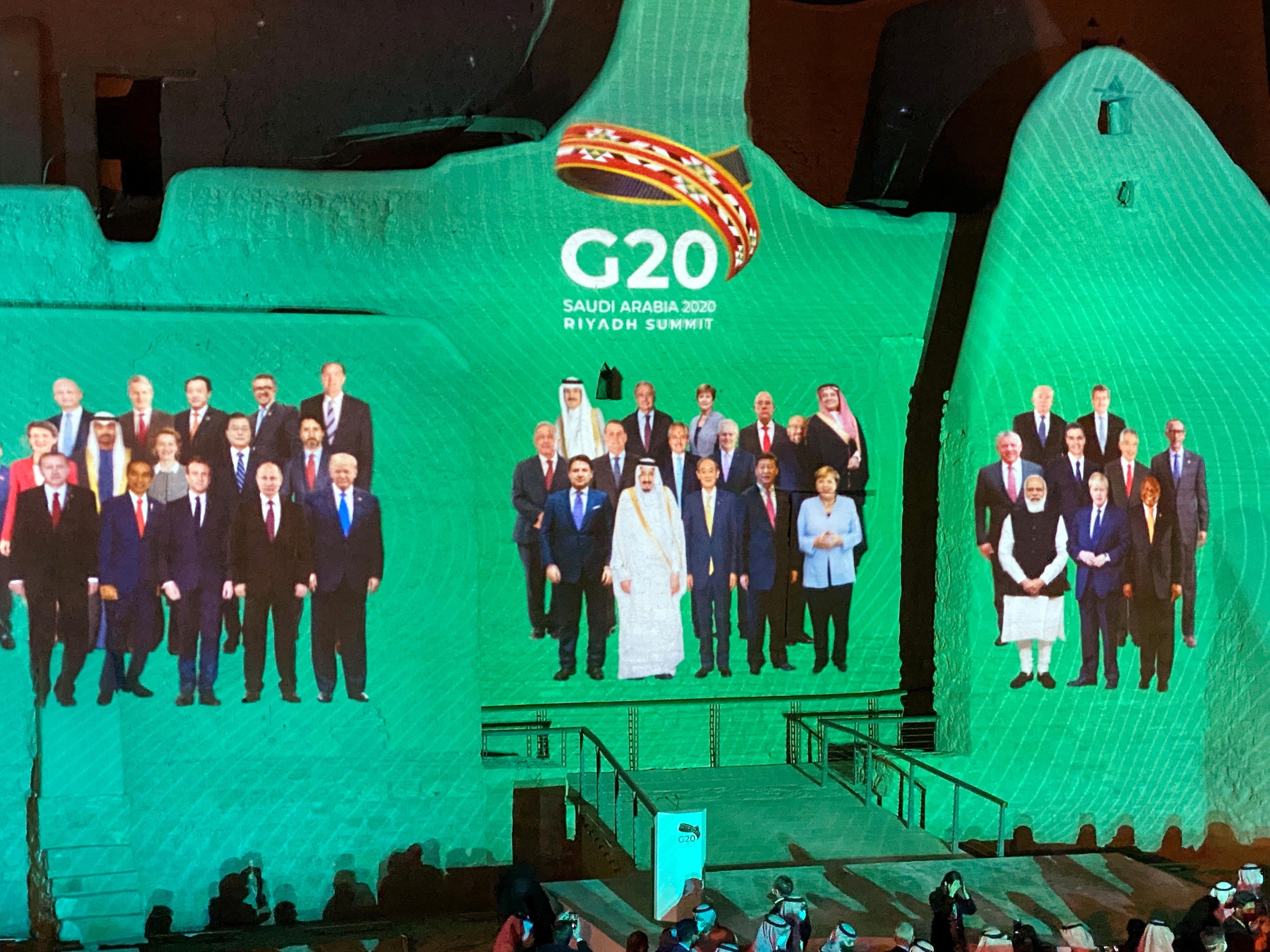 """受新冠病毒疫情影响,G20峰会以视讯方式进行。图为G20沙地阿拉伯峰会""""全家福照""""投影。-路透社-"""