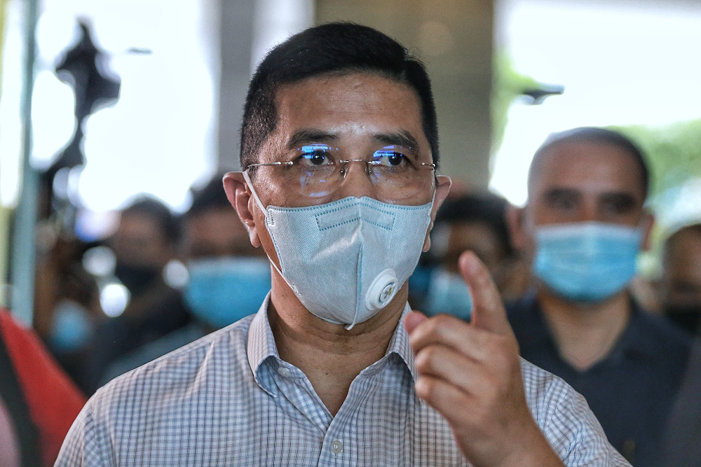 Ketua Penerangan Perikatan Nasional (PN) Datuk Seri Mohamed Azmin Ali berkata, kejayaan pelaksanaan program vaksinasi akan membolehkan ekonomi Malaysia berkembang pada kadar 6.7 peratus tahun depan. — Foto oleh Ahmad Zamzahuri