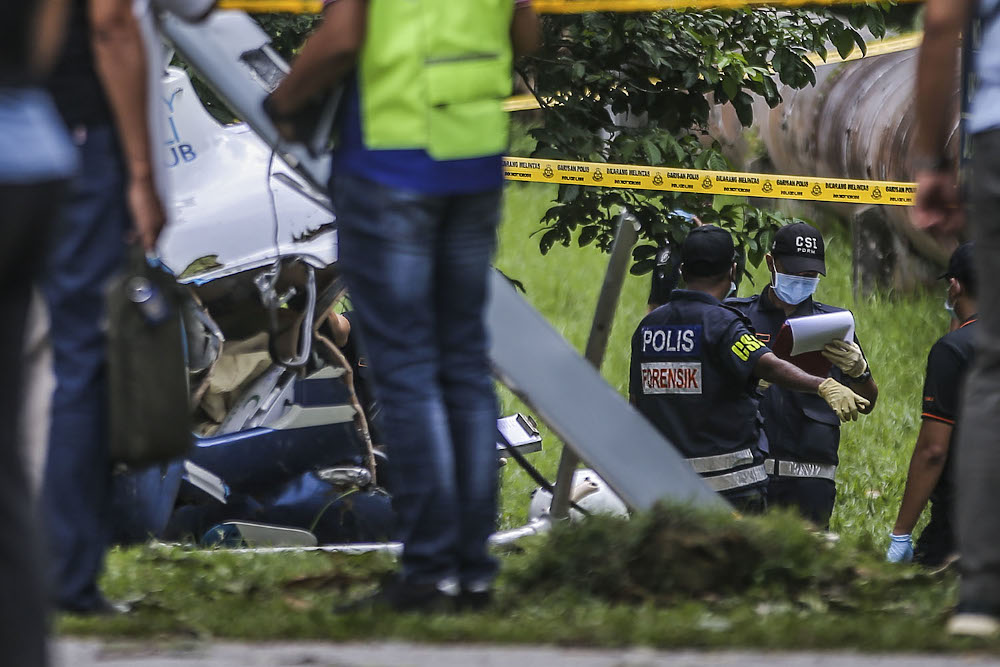Forensic police are conducting an investigation which involved two victims during the helicopter crash in Melawati on November 8, 2020. — Picture by Hari Anggara