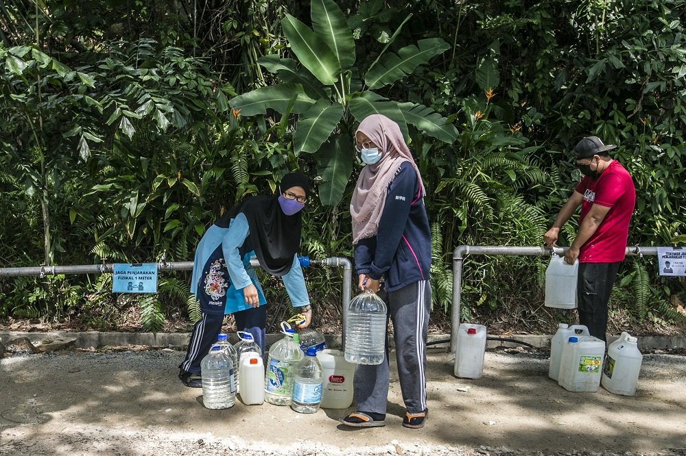 Residents fill their containers at a water point in Keramat AU2 following the latest water disruption November 11, 2020. — Picture by Firdaus Latif
