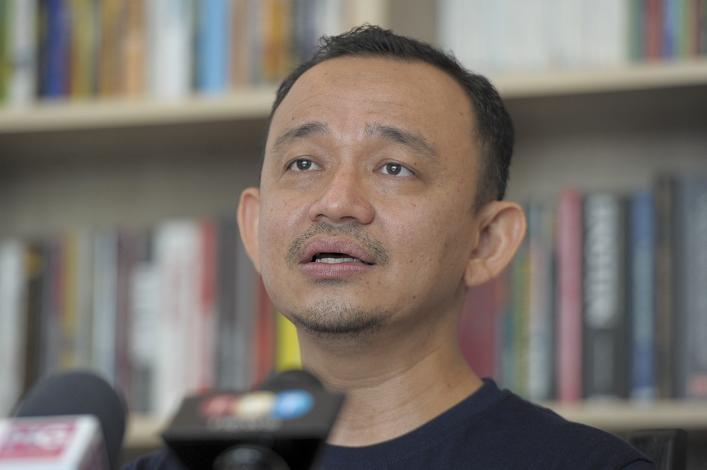 In his statement today, Maszlee said a holistic approach involving diverse agencies is required to overcome the remote learning challenges faced by students and teachers. — Picture by Shafwan Zaidon