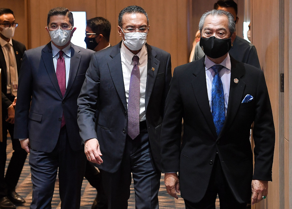 Muhyiddin Yassin (right) said member countries could also come up with an online platform to connect small and medium businesses and artisans across the region. — Bernama pic