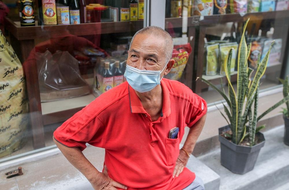 黄先生表示,限行令严重打击当地的生意。-Farhan Najib摄-