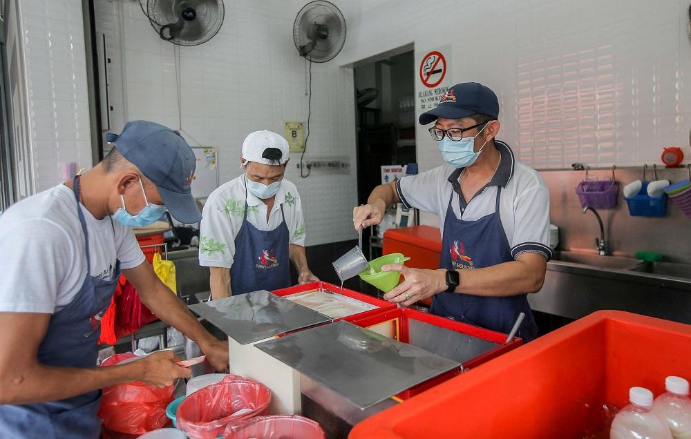 奇峰豆腐花主管陈汉生(右)透露,目前的客源主要来自怡保本地。-Farhan Najib摄-