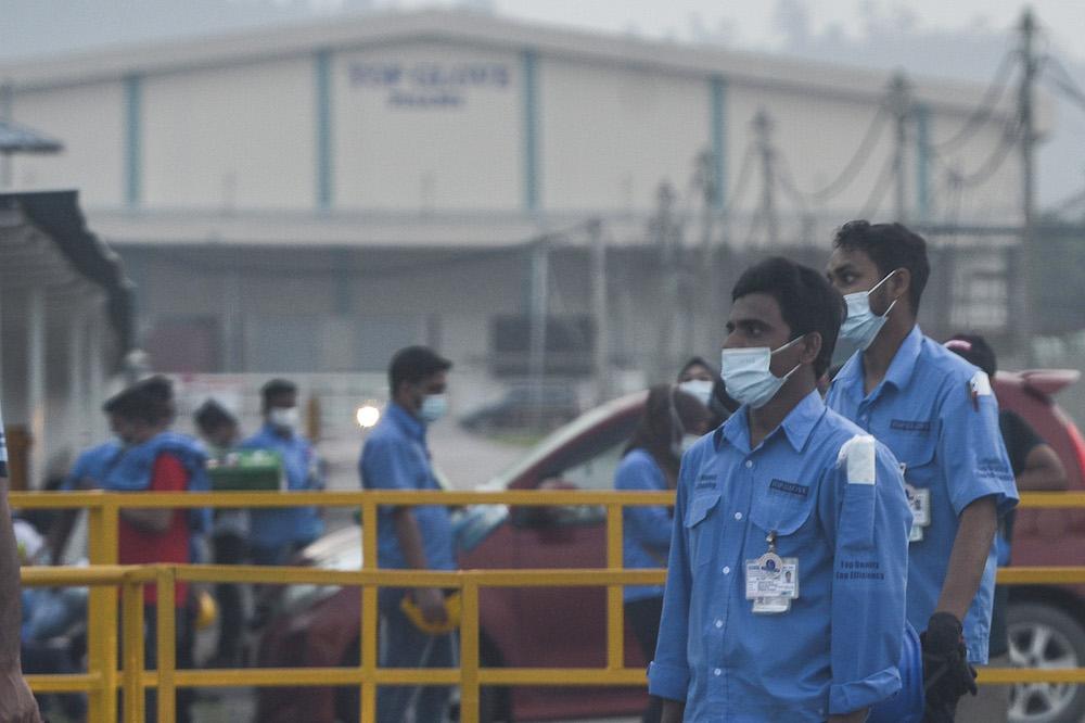 根据SOP,工厂若有员工确诊,所有员工才需每日透过MySejahtera更新健康资料。 -Miera Zulyana摄-