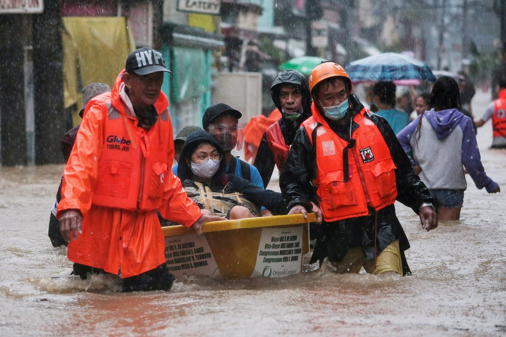 Major floods in Manila as Typhoon Vamco lashes Philippines