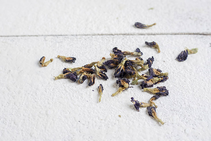 You don't need fresh blooms; dried blue pea flowers work just as well