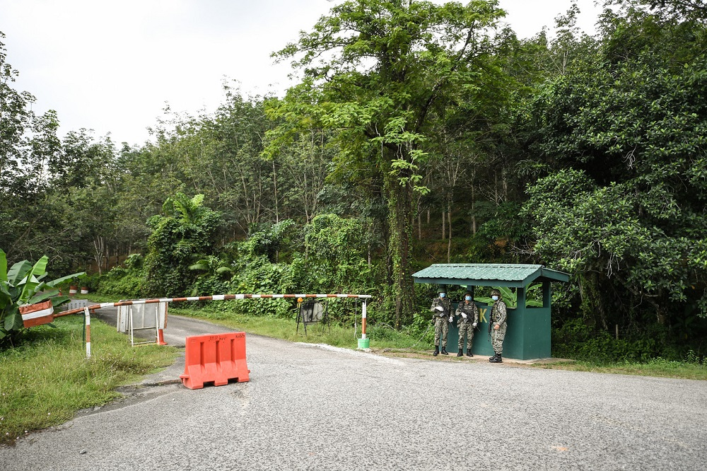 Malaysian Army personnel stand guard at one of the checkpoints of the Malaysia-Thailand border, in Bukit Kayu Hitam November 28, 2020. — Bernama pic