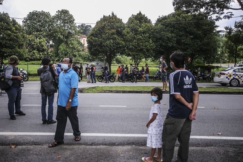 Curious onlookers at the scene where a helicopter crashed in Melawati on November 8, 2020. — Picture by Hari Anggara