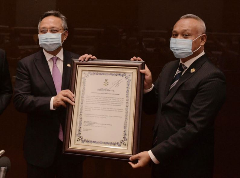 哈斯尼(左)将升格证书移交给巴西古当市长阿斯曼沙。-马新社-