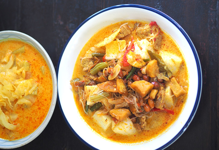 Their 'lontong sayur' Medan is tasty with a slight burst of spiciness from the hidden sliced chillies