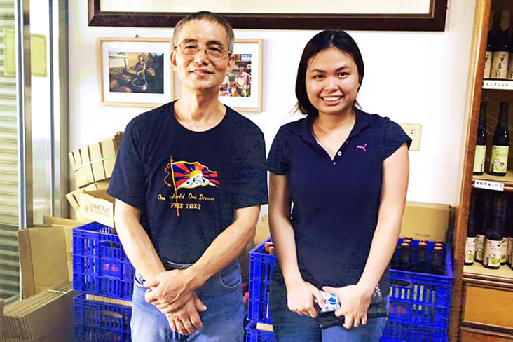 Chia (right) visited Taiwanese soy sauce producer Uncle Chen (left), to learn more about black bean soy sauce.