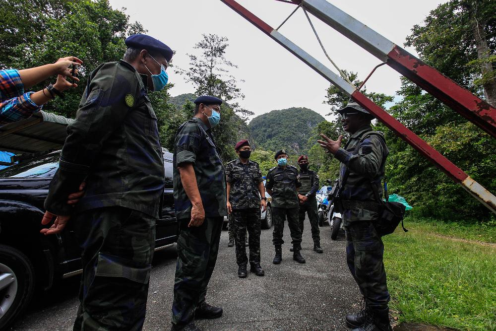 Inspector-General of Police Tan Sri Abdul Hamid Bador meeting PGA personnel as he arrived at Taman Radzi PGA Post in Padang Besar, Perlis November, 24, 2020. — Picture by Sayuti Zainudin