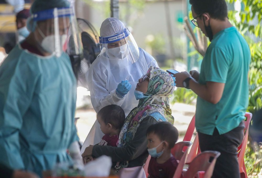 Healthcare workers from the Perak Health Department collect swab samples from residents of Taman Meru 2C in Ipoh to test for Covid-19 November 16, 2020. — Picture by Farhan Najib