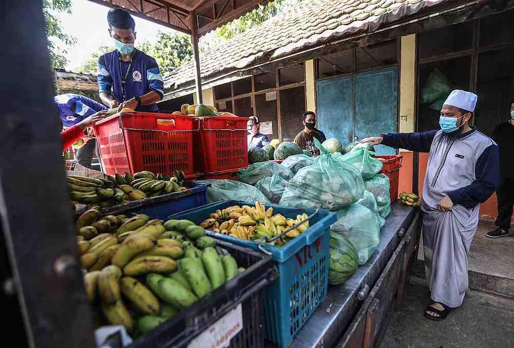 Ustaz Ebit Lew's assistance transcends species. He sent 200kg of beef and 500kg of vegetables and fruits to Zoo Negara. — Photo via Facebook/ Ebit Lew