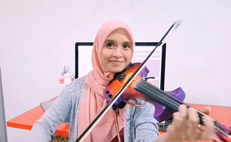Endang stopped performing professionally a few years ago so that she could care for her parents and children. — Picture via Youtube/Endang Hyder