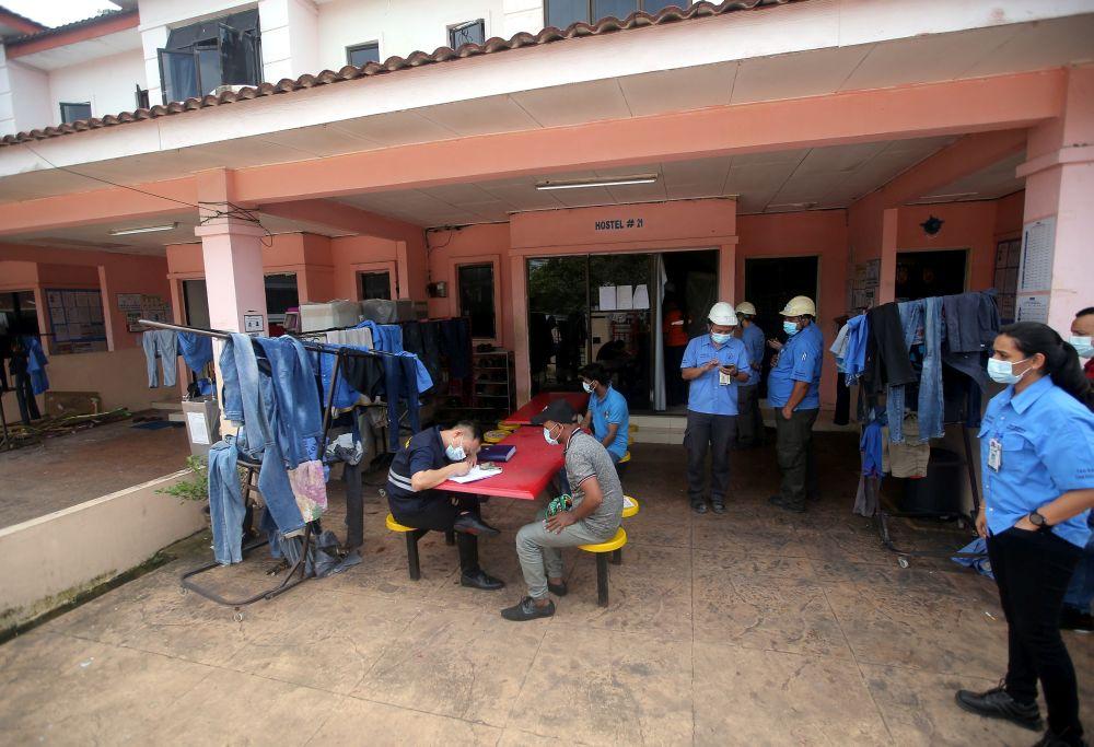 劳工局官员于11月26日检查怡保一间员工宿舍。-Farhan Najib摄-