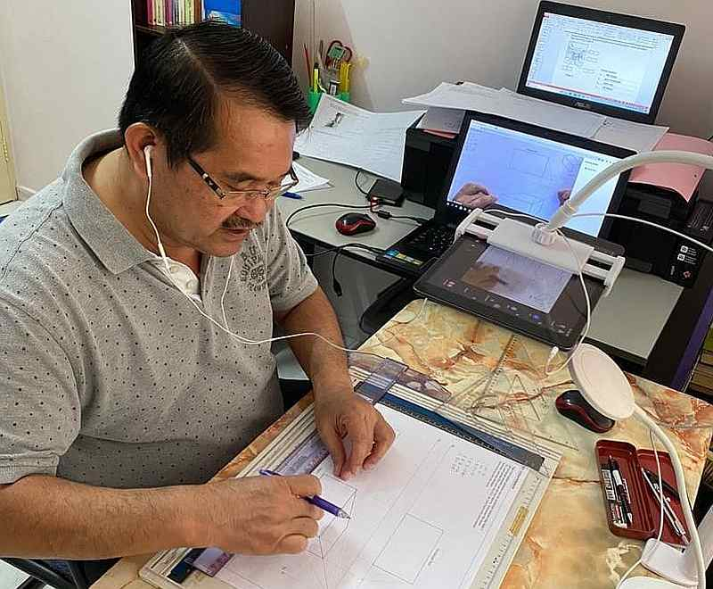Wee's dad who has shown dedication and passion for his online lessons has received compliments online. — Picture via Facebook/WeeCherWei