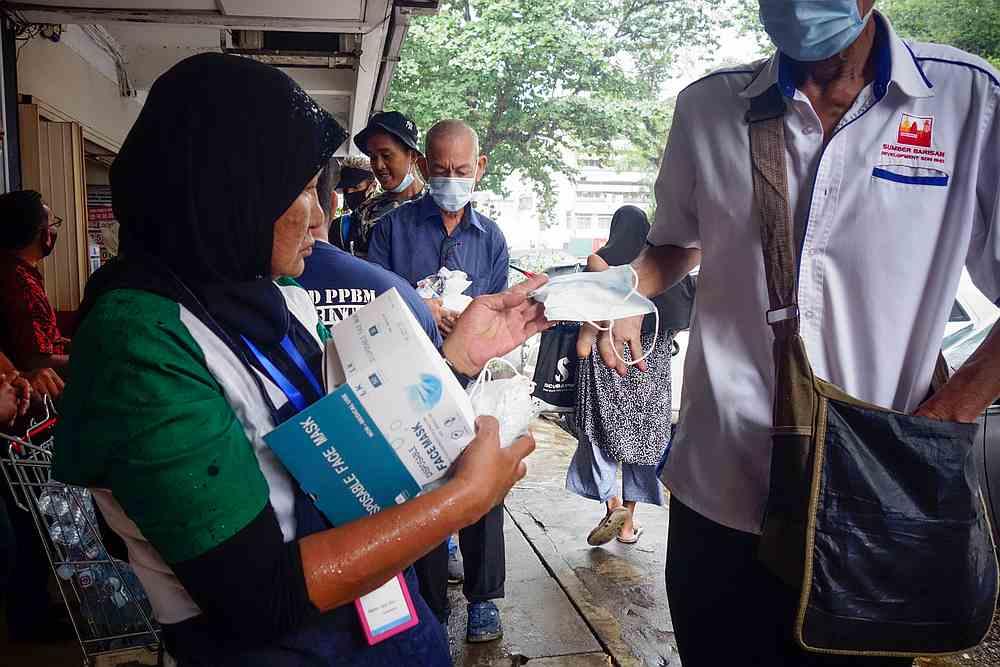 Mak Wan 表示,除了食物,该中心还会为流浪汉,或艾滋病患提供咨询服务。 -Shafwan Zaidon摄-