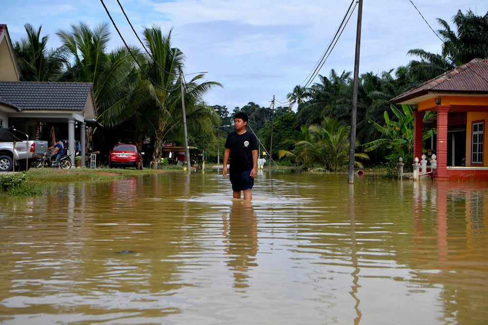 According to Datuk Shamsul Anuar Nasarah, the public is also advised to turn off the main switch and not use any electrical equipment if the residence is flooded to avoid the risk of getting an electric shock. — Bernama pic