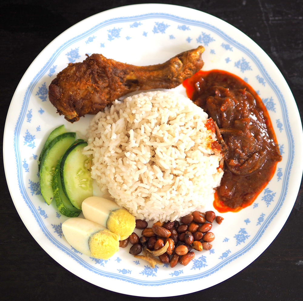 Support your local 'gerai' and takeaway 'nasi lemak' for your breakfast. — Pictures by Lee Khang Yi