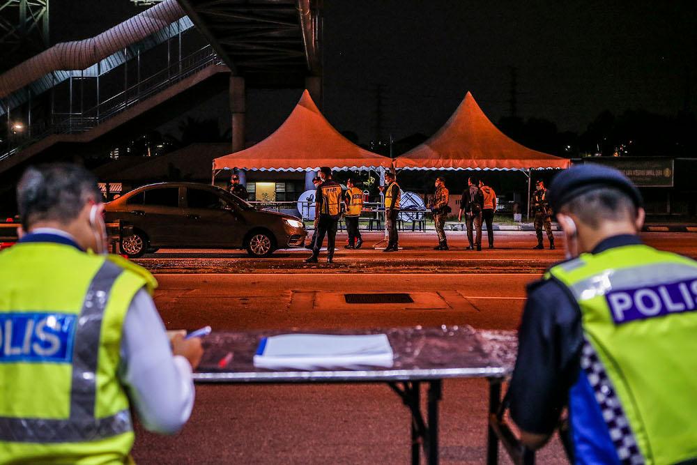 Gombak District Police manning a roadblock at Kilometre 14 Jalan Ipoh towards the Capital. — Picture by Hari Anggara