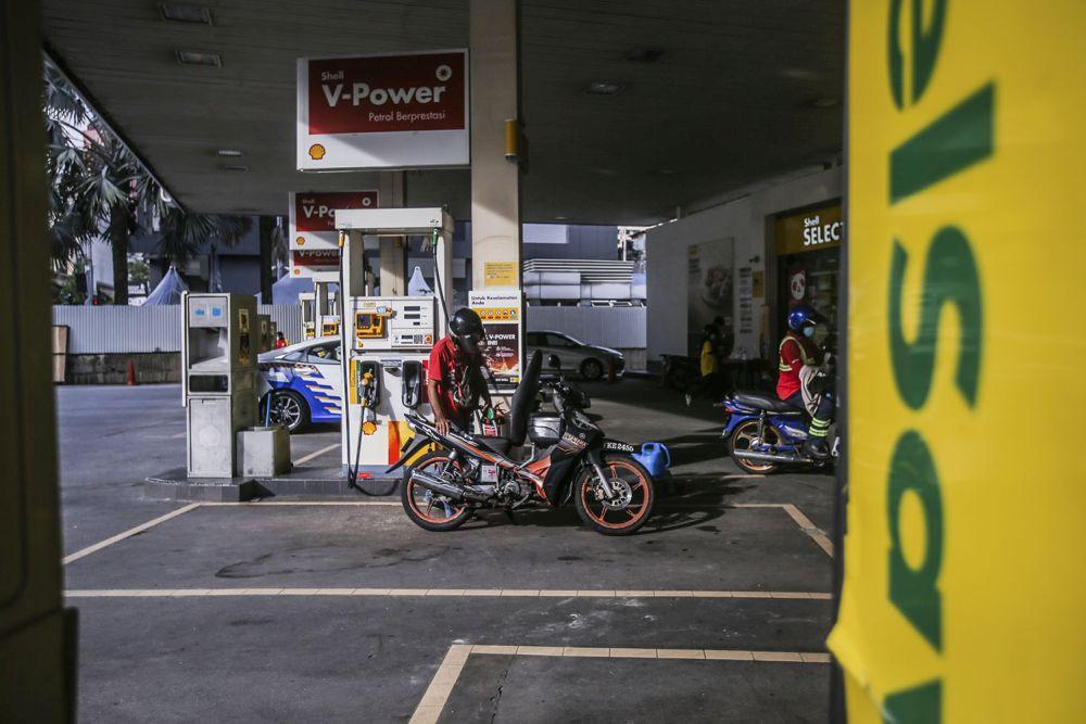 A man refuels his bike at a Shell petrol station in Chow Kit, Kuala Lumpur November 3, 2020. — Picture by Hari Anggara