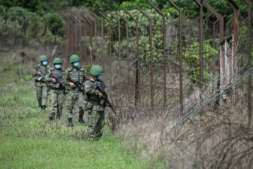 Malaysian Armed Forces personnel at the Thai-Malaysia border, November 28, 2020. —Bernama pic